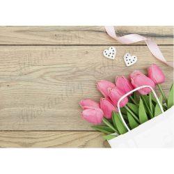 Fotóháttér rózsaszín tulipáncsokorral és szívekkel fa háttérrel termékfotózáshoz