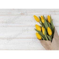 Fotóháttér sárga tulipáncsokorral fa struktúrás háttérrel termékfotózáshoz