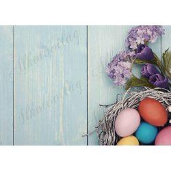 Húsvéti fotóháttér lila virágokkal, tojásokkal, zöldes színű fa deszkás háttéren termékfotózáshoz